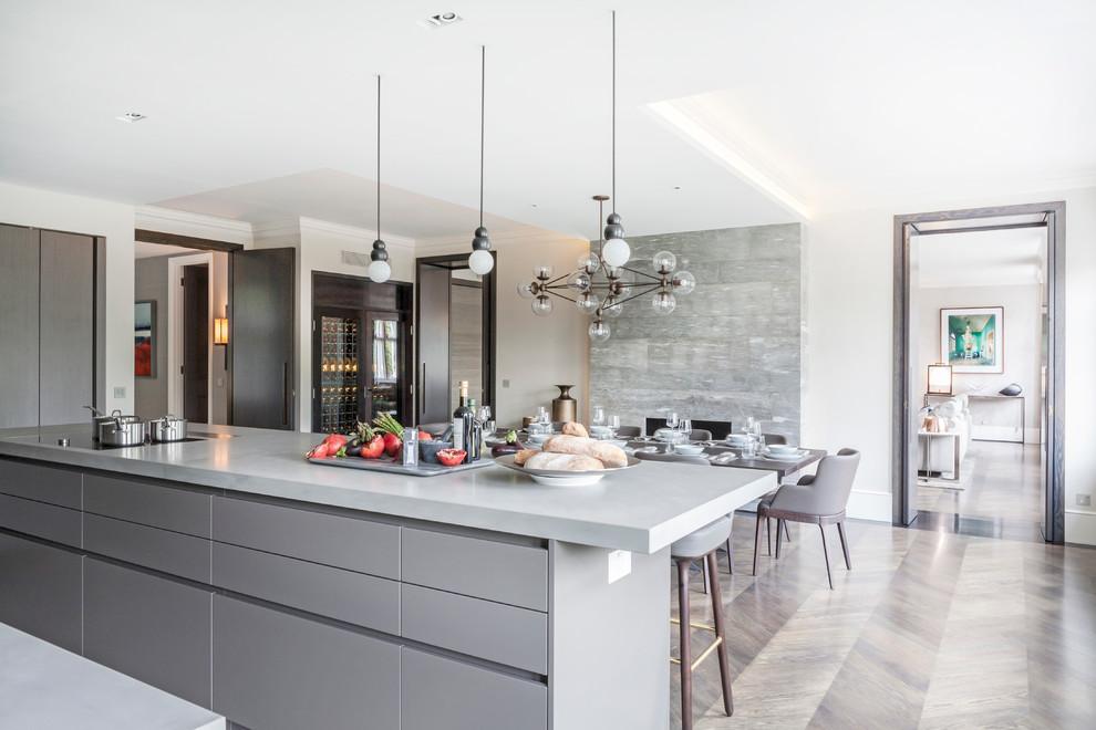 کابینت های گلاس نقره ای با دیوار های آشپزخانه سفید