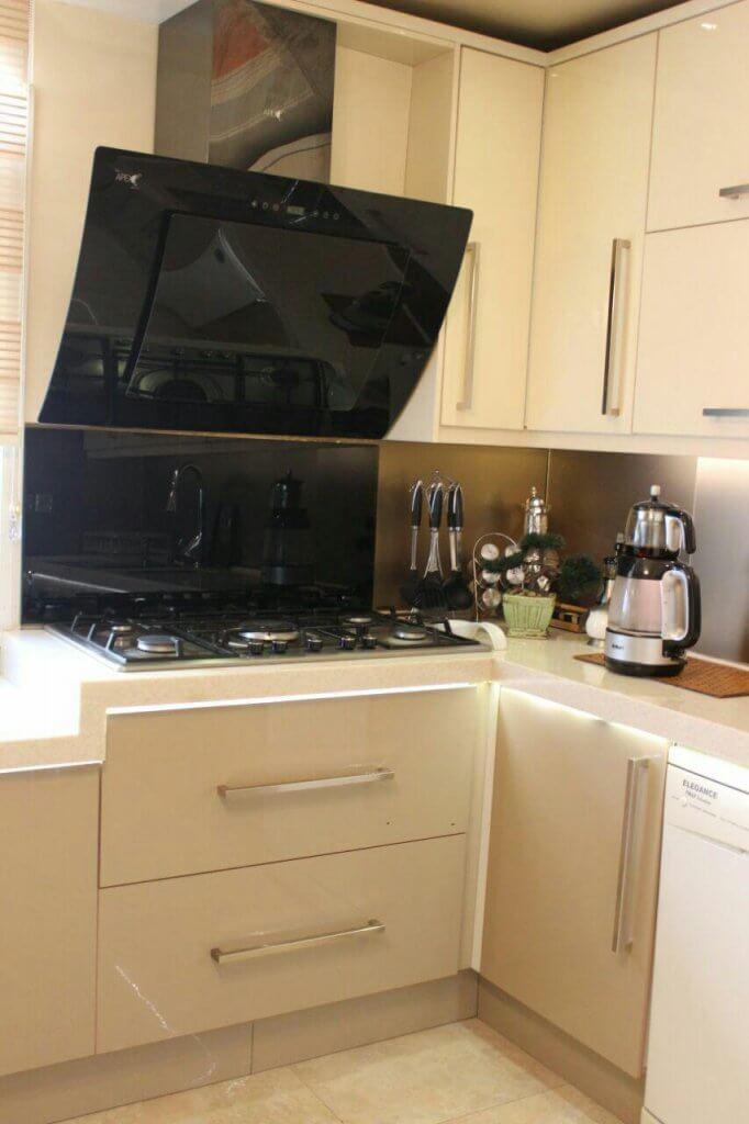 کابینت آشپزخانه های گلاس کرم و سفید