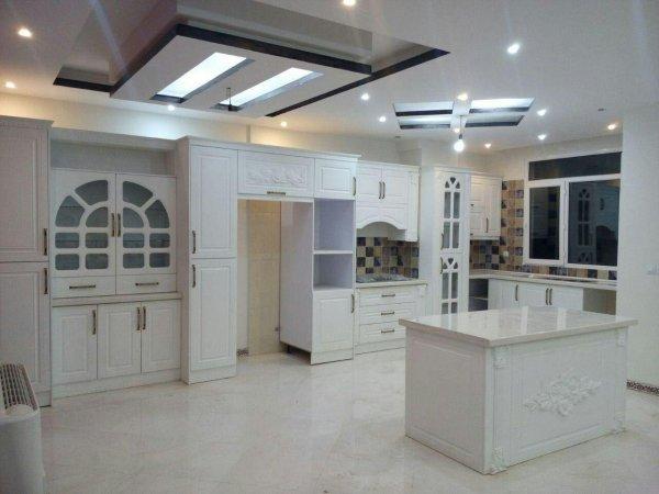 عکس آشپزخانه سفید با کابینت ممبران و جزیره