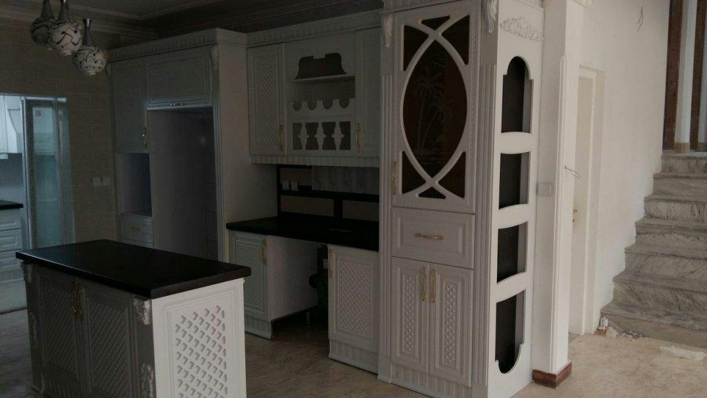 کابینت آشپزخانه سفید با متریال ممبران که صفحه کابینت سنگ کورین دارد