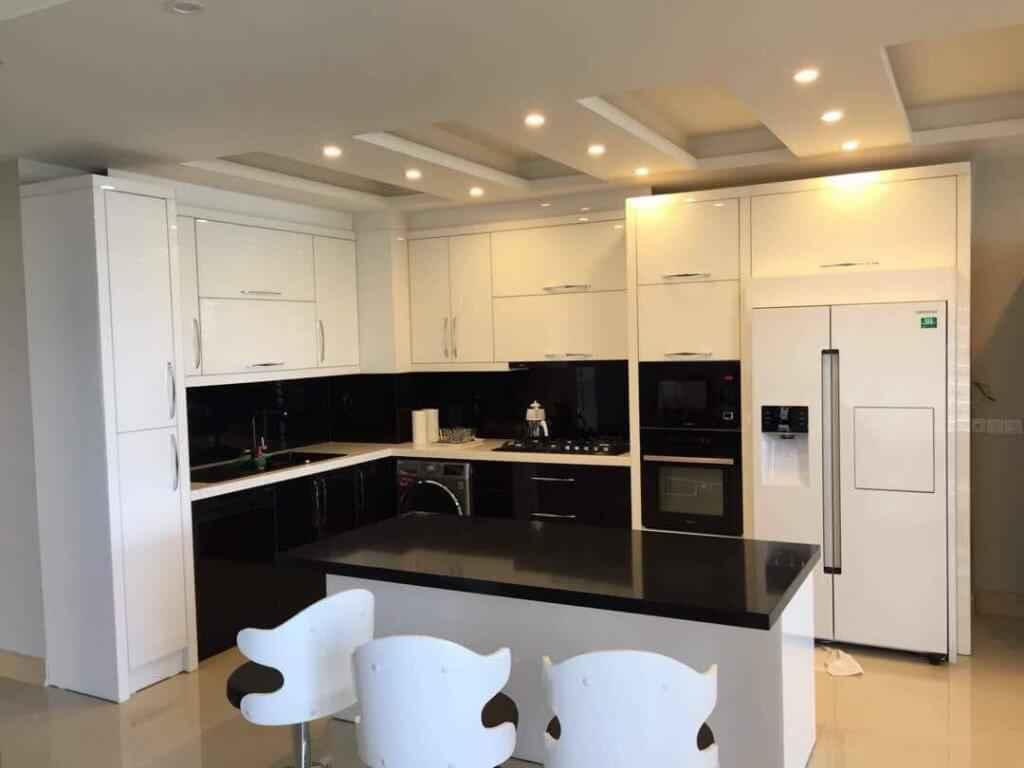 کابینت آشپزخانه های گلاس سفید با جزیره سفید مشکی و کابینت هایی مشکی