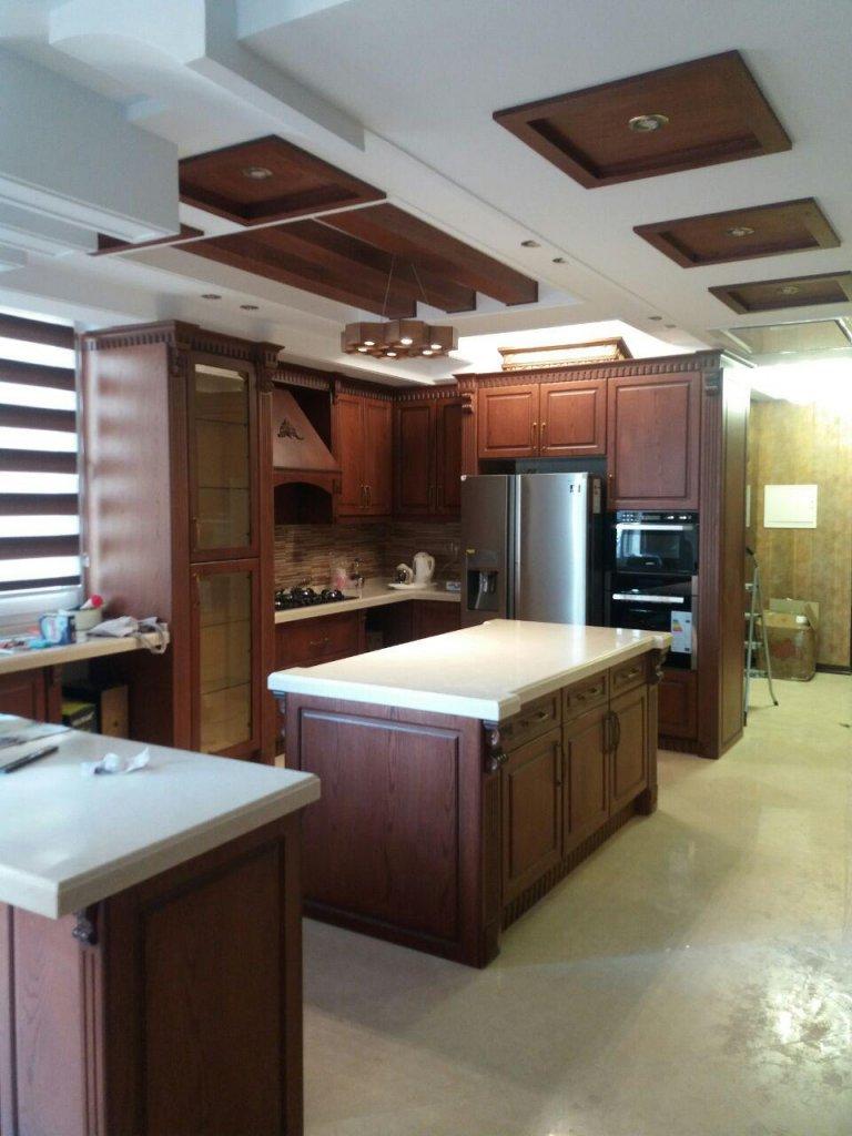 کابینت روکش چوب با رنگ بندی سفید قهوه ای و طرح چوب