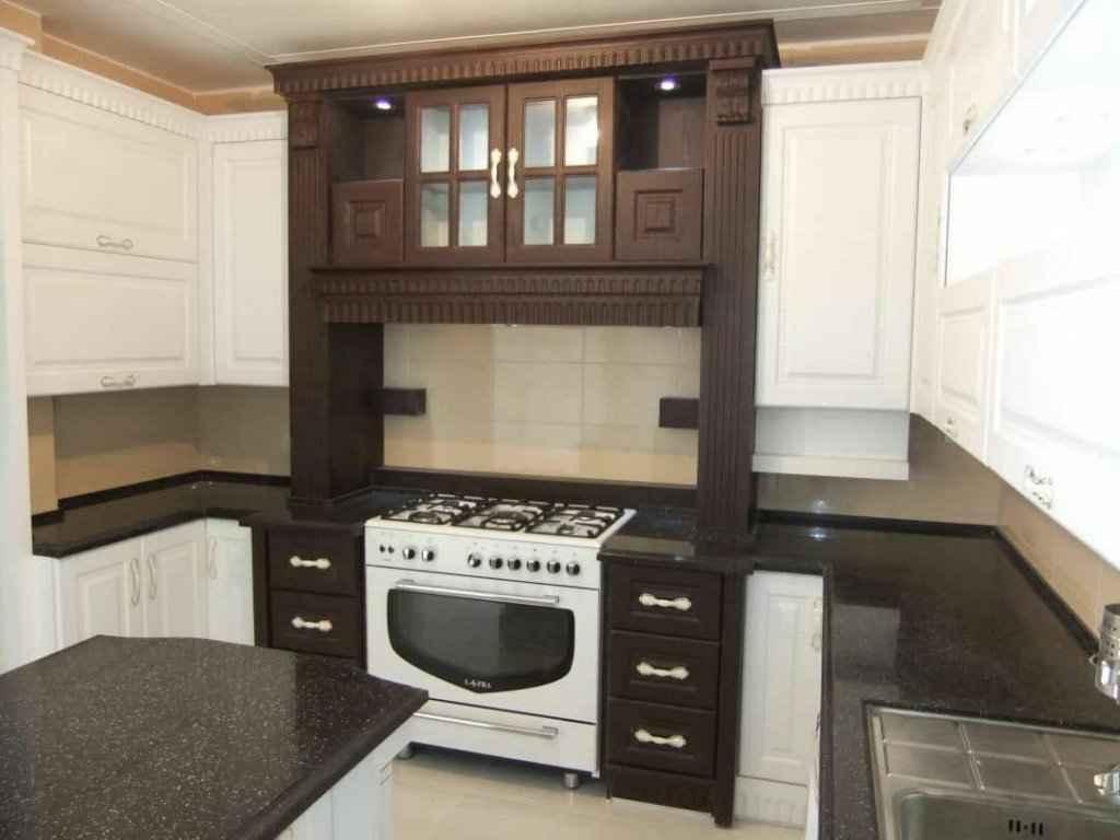 کابینت آشپزخانه کلاسیک بسیار زیبا به رنگ سفید و تلفیقی با طرح چوب تیره