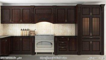 کابینت وکیوم قهوه ای تیره یک مدل آشپزخانه کلاسیک با سنگ کورین مشکی