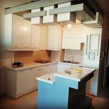 کابینت ام دی اف سفید طوسی مناسب سوئیت آپارتمان با مدل اپن آشپزخانه جزیره
