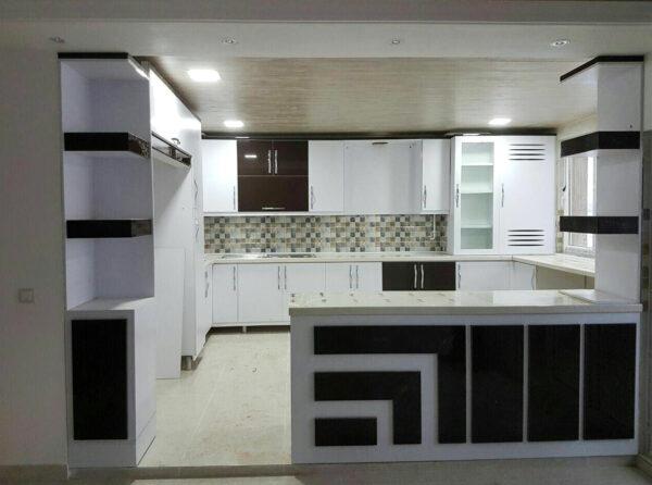 کابینت آشپزخانه ام دی اف هایگلاس سفید قهوه ای با دستگیره منحنی کلاسیک