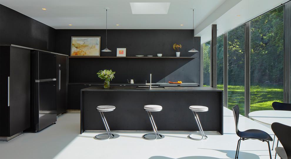 آشپزخانه مدرن با کابینت مشکی و کف سفید