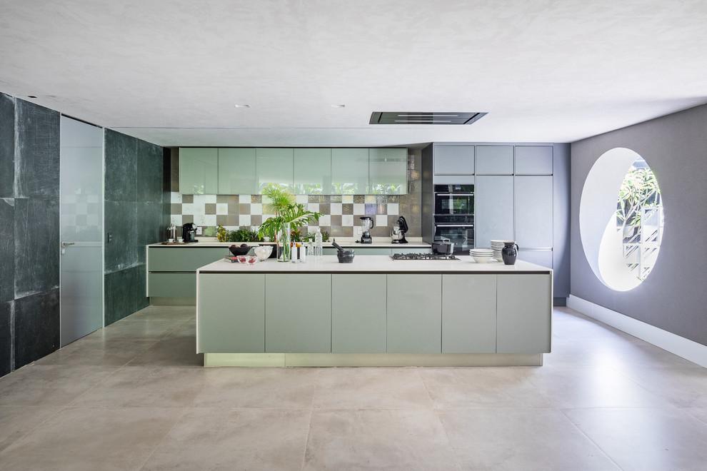 آشپزخانه و کابینت مدرن- آشپزخانه با کابینت هایی به رنگ سبز روشن و دیوار های طوسی