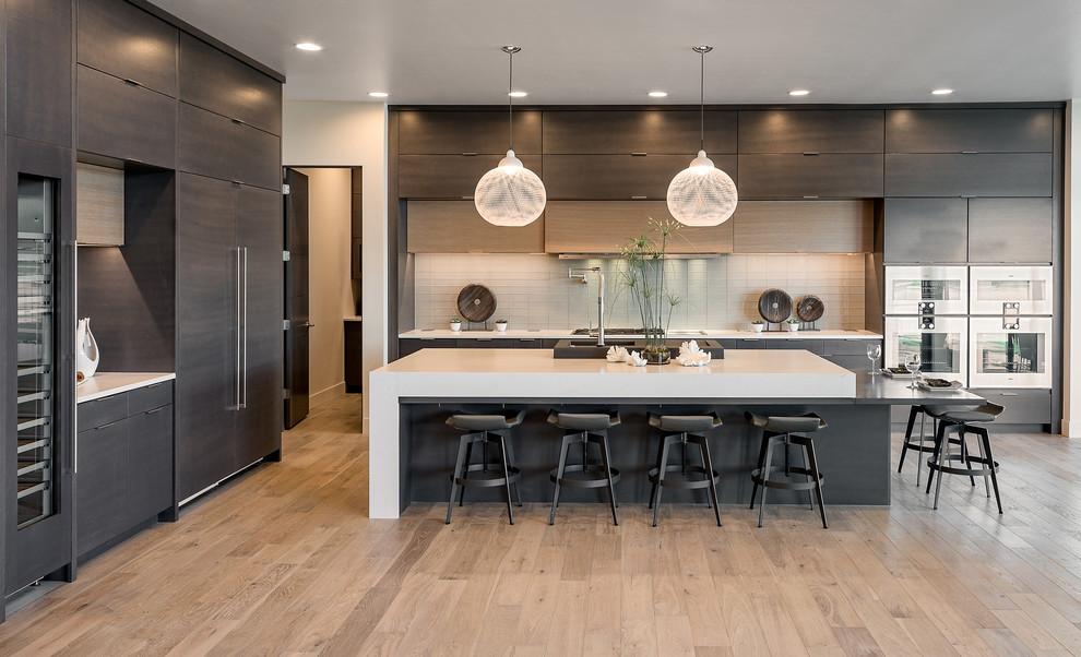 آشپزخانه مدرن با کابینت تیره و جزیره سفید