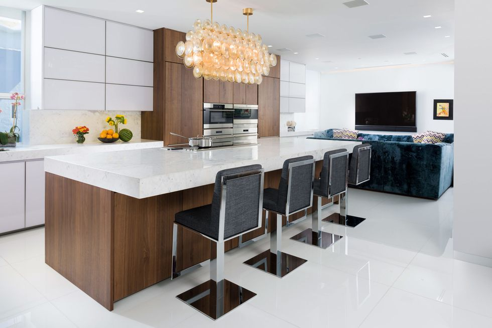 آشپزخانه مدرن با کابینت ام دی اف و هایگلاس