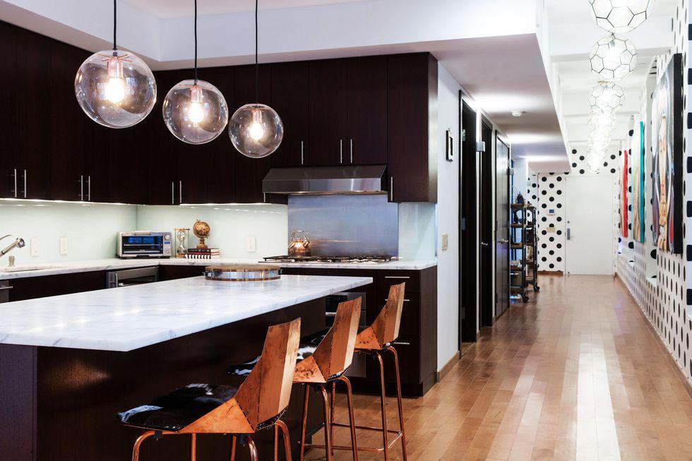 مدل آشپزخانه مدرن-آشپزخانه تیره با کفپوش قهوه ای