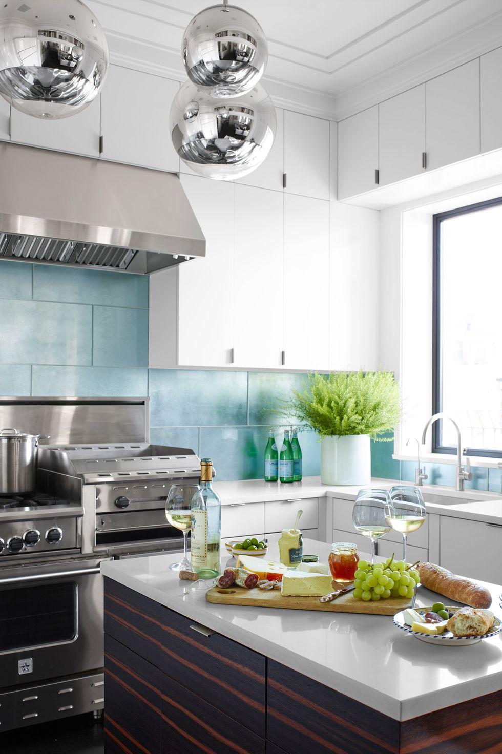 آشپزخانه مدرن کوچک با کابینت هایگلاس طرحدار و سفید
