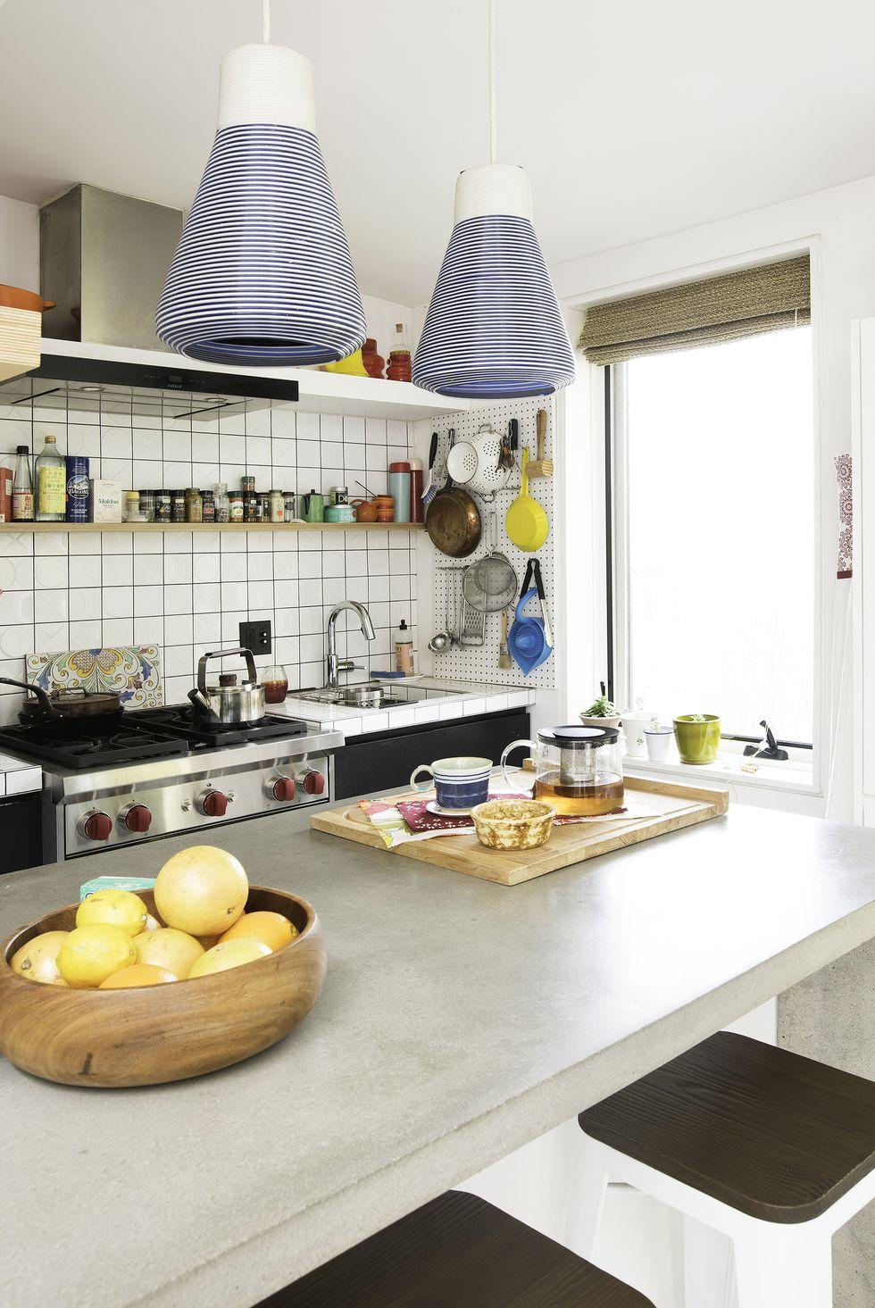آشپزخانه مدرن کوچک با دیوار سفید و میز کار طوسی
