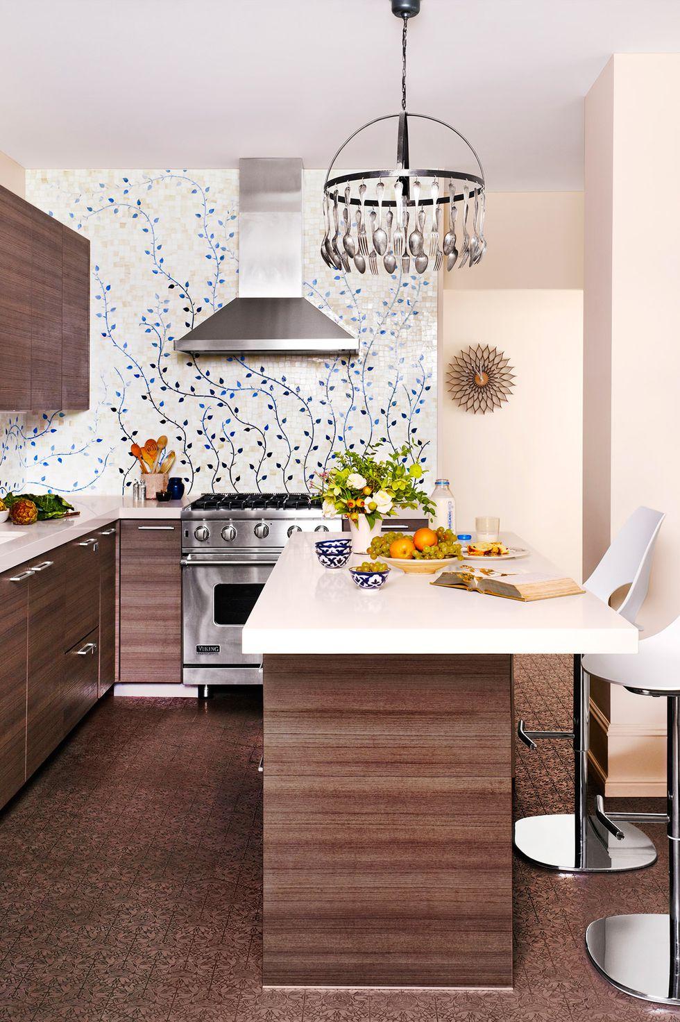 آشپزخانه کم جا و مدرن با کفپوش طرح دار قهوه ای و کابینت های قهوه ای تیره