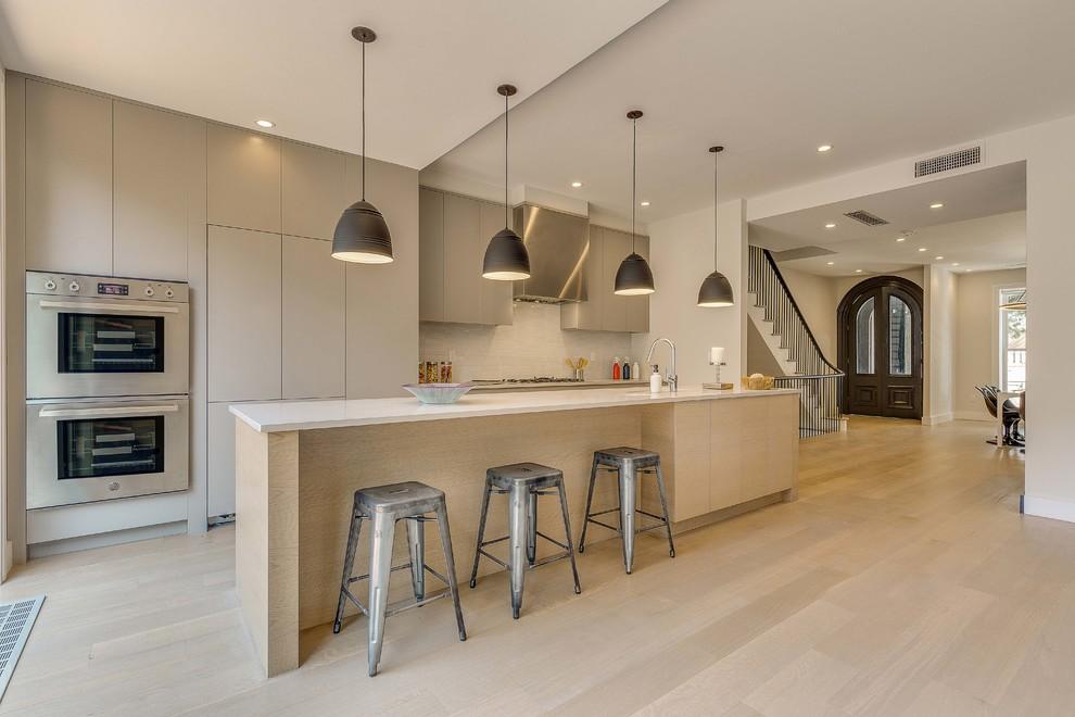 مدل آشپزخانه مدرن با جزیره بزرگ و قهوه ای رنگ و کابینت های طوسی