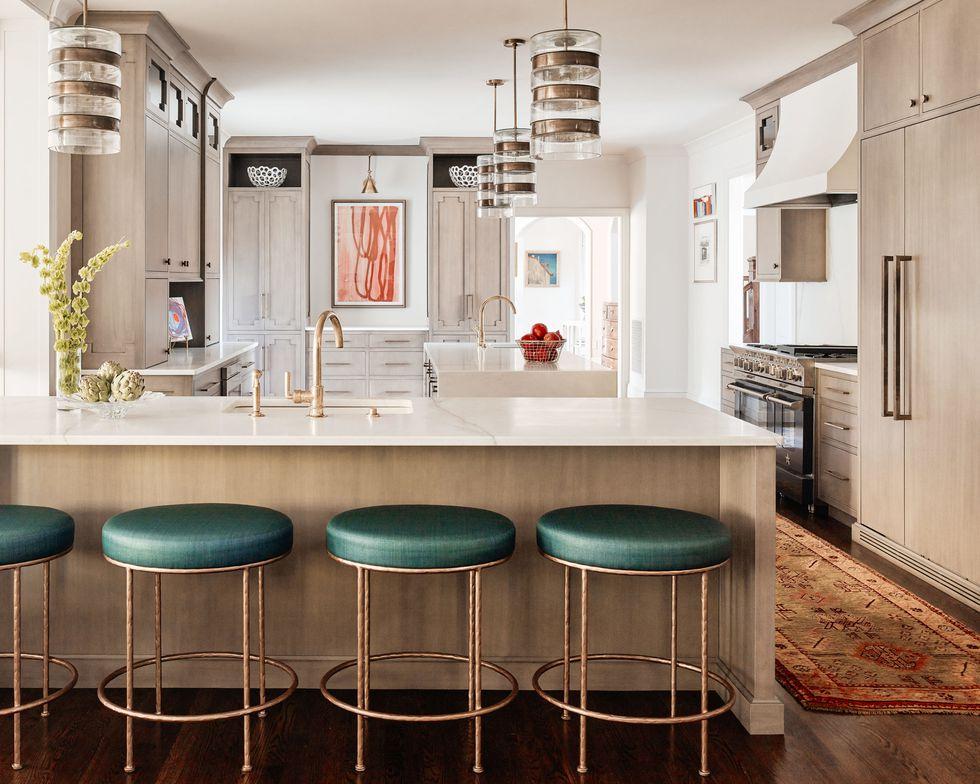 آشپزخانه مدرن با دو جزیره و دو عدد شیر آب طلایی