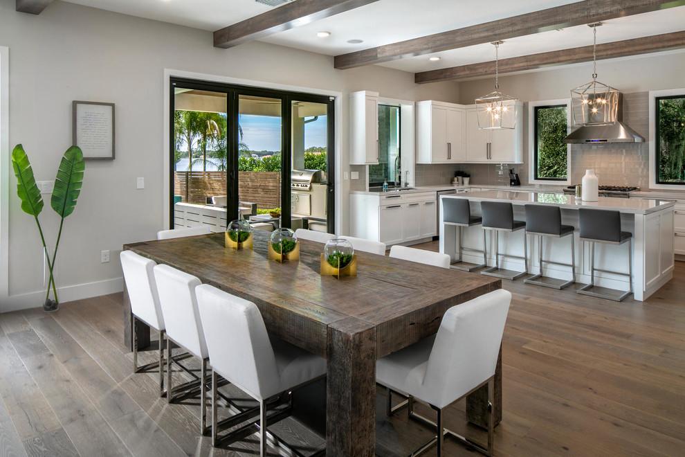 آشپزخانه سفیدمدرن و بزرگ با کابینت های قاب دار