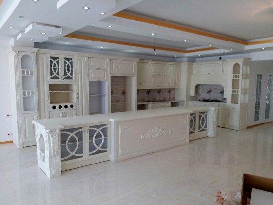 کابینت آشپزخانه ممبران سفید با طرح های منبت و بوفه های متعدد